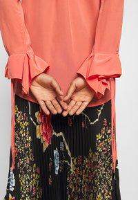 Victoria Victoria Beckham - FLOUNCE CUFF SHIRT - Košile - lychee pink - 4