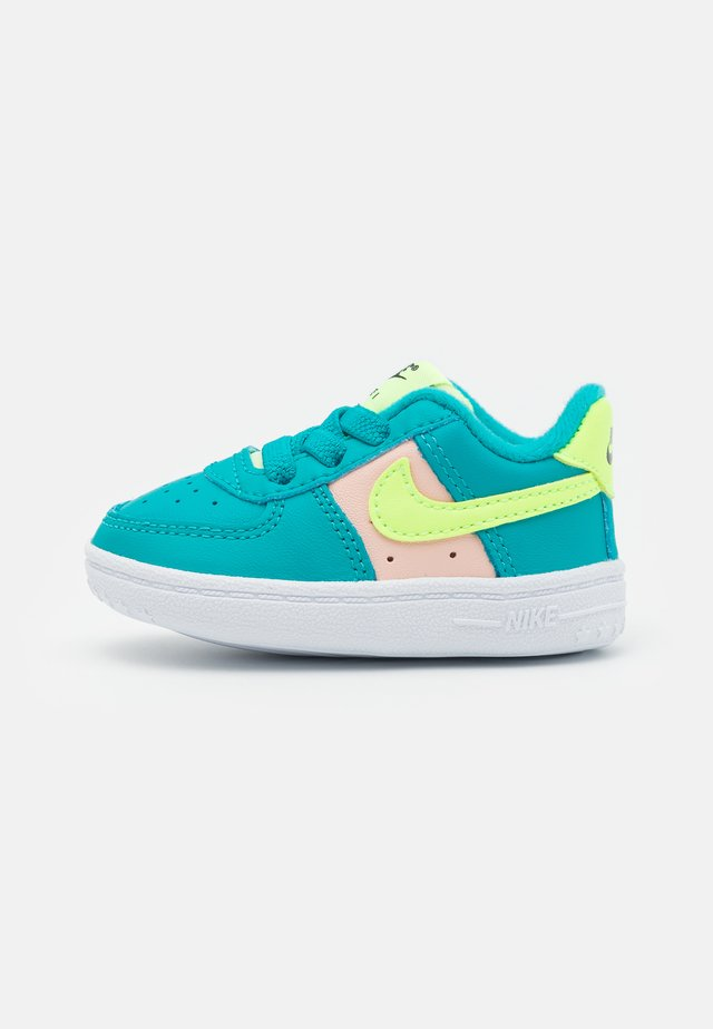 FORCE 1 CRIB - Chaussures premiers pas - oracle aqua/ghost green/washed coral/white