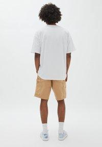 PULL&BEAR - TUPAC SHAKUR - T-shirt con stampa - white - 2