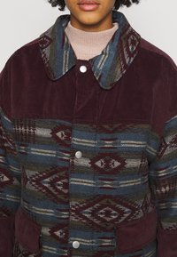 BDG Urban Outfitters - DYLAN DONKEY TAPESTRY JACKET - Summer jacket - burgundy - 5