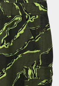 O'Neill - CALI BEACH - Shorts - Green/yellow - 2