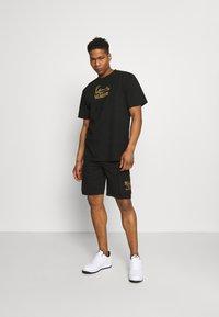 Karl Kani - SIGNATURE TEE UNISEX  - T-shirt med print - black - 1