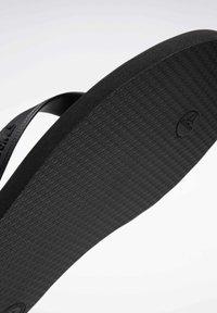 Reebok - CASH FLIP - Sandalias de dedo - black - 6