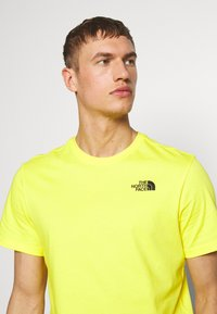 The North Face - REDBOX TEE   - T-shirt con stampa - lemon - 3