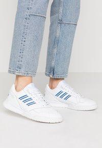 adidas Originals - A.R. TRAINER - Sneakersy niskie - footwear white/blue/sky tint - 0