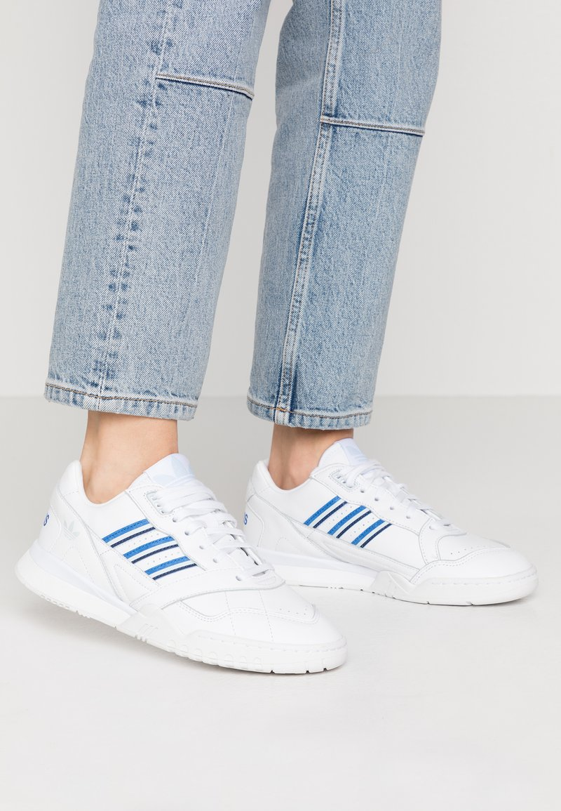adidas Originals - A.R. TRAINER - Sneakersy niskie - footwear white/blue/sky tint