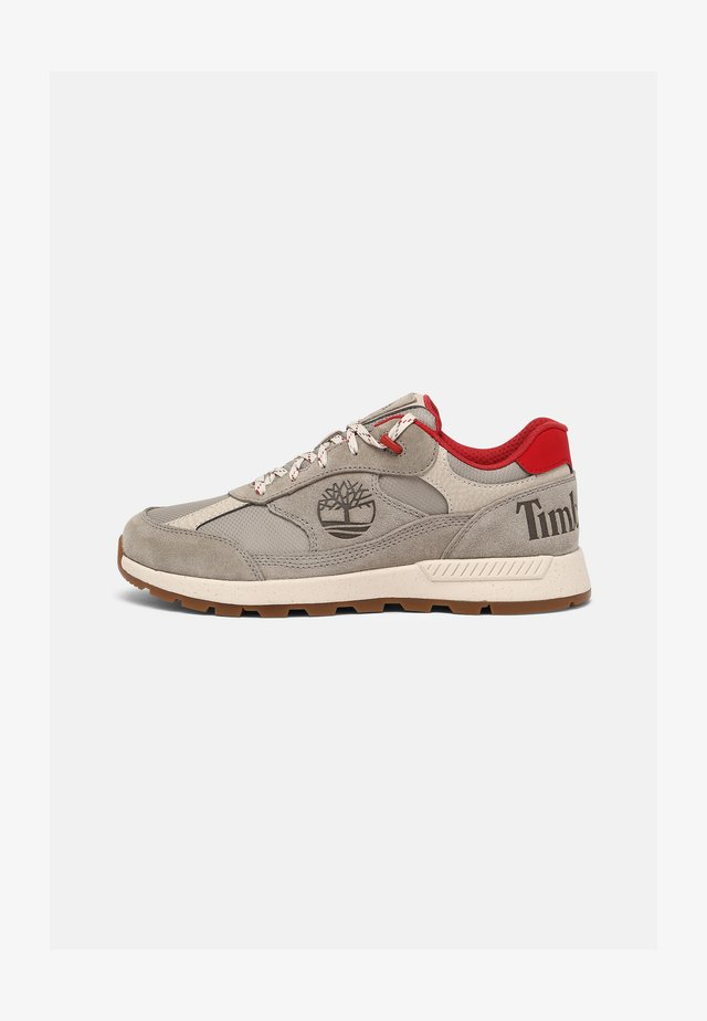 FIELD TREKKER - Sneakers basse - grey/red