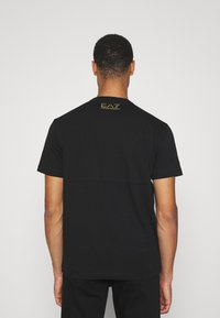 EA7 Emporio Armani - T-shirt med print - black/gold-coloured - 2
