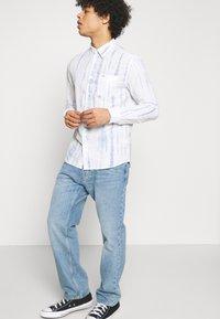 Wrangler - LS 1 PKT SHIRT - Shirt - white - 4