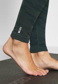 ONLY Play - ONPJAVO CAMO CIRCULAR - Legging - darkest spruce - 3