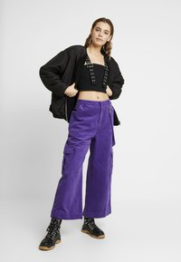 The Ragged Priest - WIDE LEG CROPPED TROUSER WITH COMBAT POCKET & STRAP DETAIL - Bukser - purple - 2