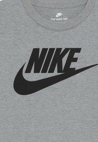 Nike Sportswear - FUTURA TEE - Camiseta estampada - dark grey heather - 3