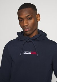 Tommy Jeans - TJM EMBROIDERED BOX HOODIE - Mikina skapucí - twilight navy - 5