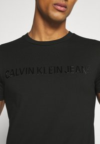 Calvin Klein Jeans - SHINY TONAL INSTITUTIONAL TEE UNISEX - T-shirt con stampa - black - 5