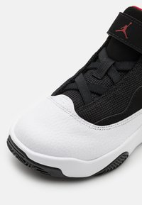 Jordan - MAX AURA 2 UNISEX - Basketbalové boty - white/gym red/black - 5