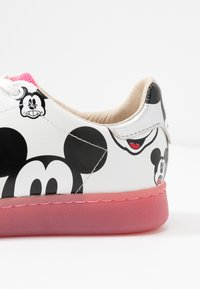 MOA - Master of Arts - GALLERY - Trainers - white/fuxia - 2