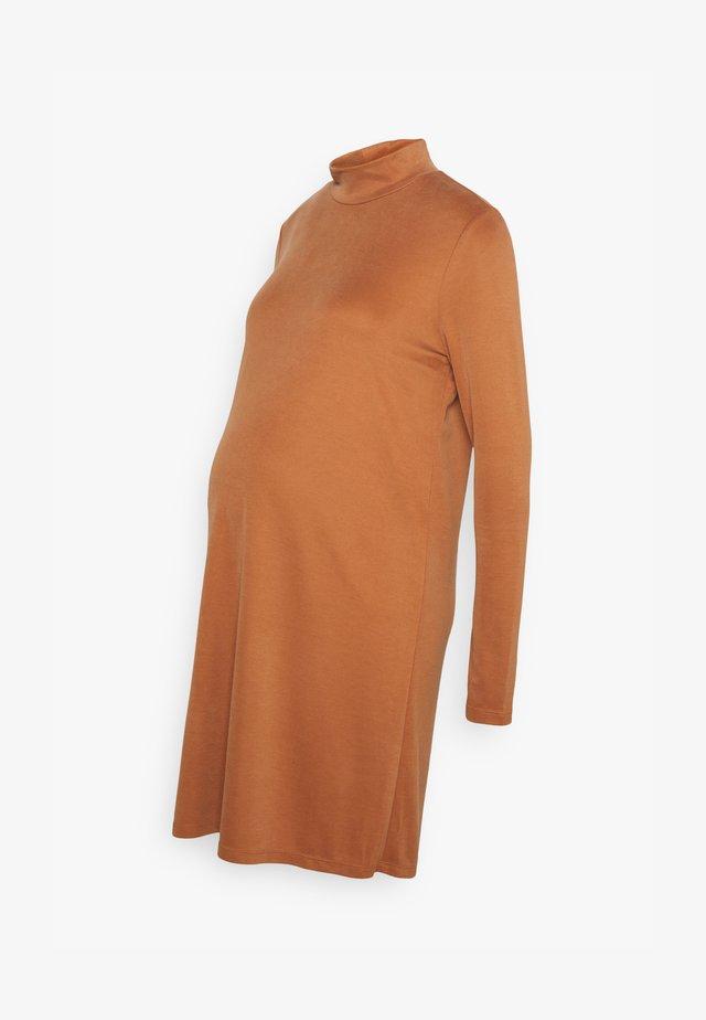 PCMBAMALAT - Žerzejové šaty - mocha bisque