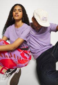 YOURTURN - 2 PACK UNISEX - T-shirt - bas - purple/black - 4