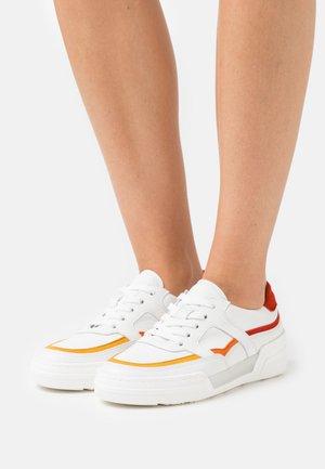 Sneakers laag - weiß/mango/korall