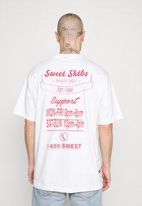 Sweet SKTBS - UNISEX SWEET LOOSE TEE - T-shirt con stampa - deli white - 0