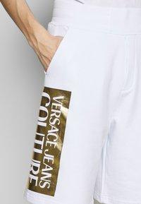 Versace Jeans Couture - LOGO - Pantalon de survêtement - white/gold - 4