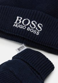 BOSS Kidswear - PULL ON HAT SLIPPERS BOX BABY SET - Beanie - navy