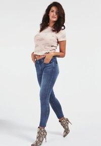 Guess - SKINNY BIJOU - Jeans Skinny Fit - bleu - 1