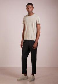 Filippa K - Basic T-shirt - oyster - 1