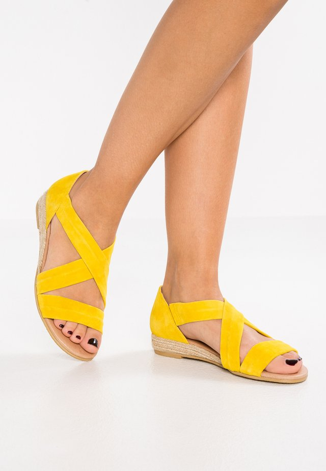 HALLIE - Sandalen met sleehak - yellow