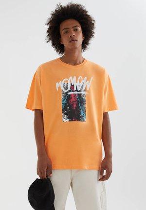 MOTIV UND SLOGAN - Print T-shirt - orange