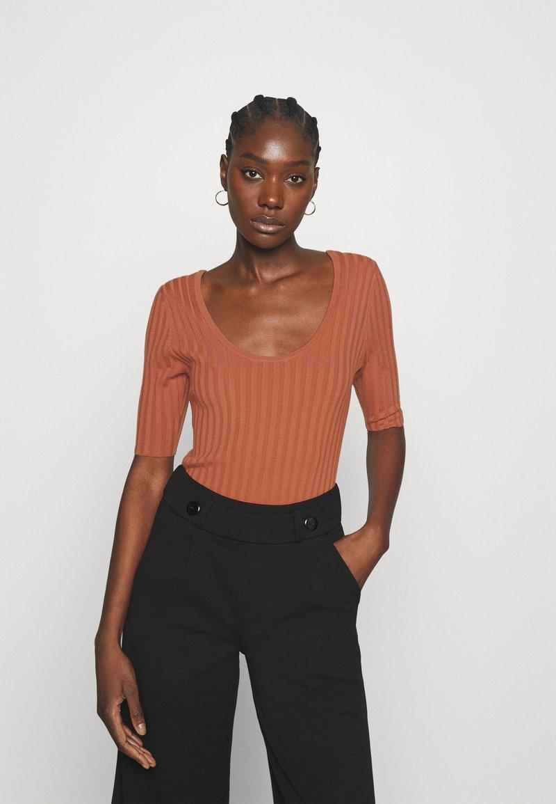 mbyM - NIXIE - Print T-shirt - copper brown