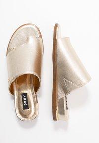 DKNY - DAZ FLAT SLIDE  - Sandaler m/ tåsplit - gold - 3