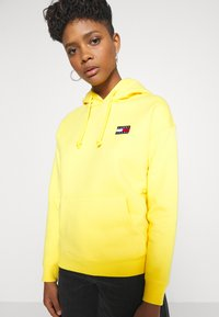 Tommy Jeans - BADGE HOODIE - Sweat à capuche - star fruit yellow - 5