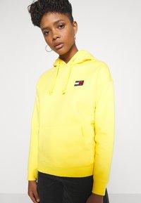 Tommy Jeans - BADGE HOODIE - Hoodie - star fruit yellow - 5