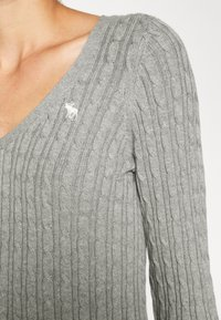 Abercrombie & Fitch - ICON CABLE VNECK - Jumper - light grey - 4