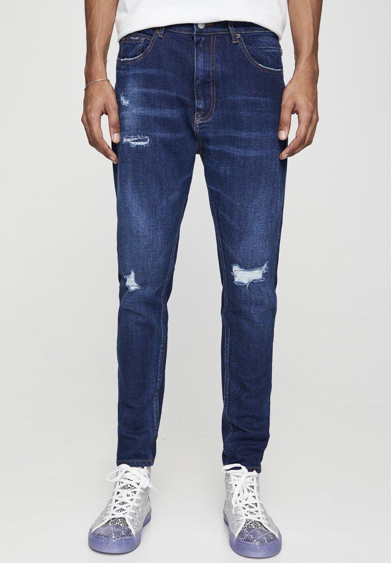 PULL&BEAR - MIT ZIERRISSEN - Jeans Tapered Fit - dark-blue denim