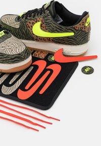 Nike Sportswear - AF1/1 UNISEX - Sneakers laag - medium olive/volt/rattan/black/dark driftwood/sail - 7