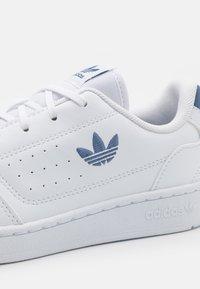 adidas Originals - NY 90 UNISEX - Trainers - footwear white/blue - 5
