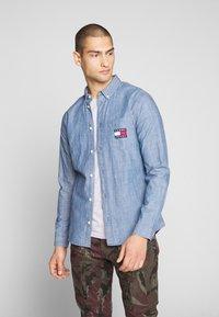 Tommy Jeans - TJM CHAMBRAY BADGE SHIRT - Shirt - mid indigo - 0