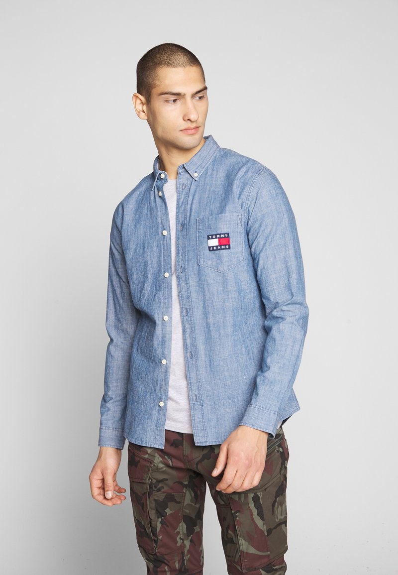 Tommy Jeans - TJM CHAMBRAY BADGE SHIRT - Shirt - mid indigo