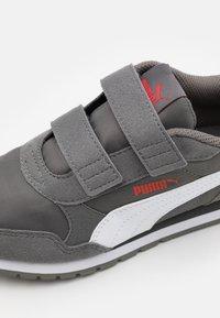 Puma - ST RUNNER V2 - Trainers - castlerock/white/poppy red - 5