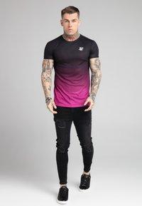 SIKSILK - FADE TEE - T-shirt med print - black/pink - 1