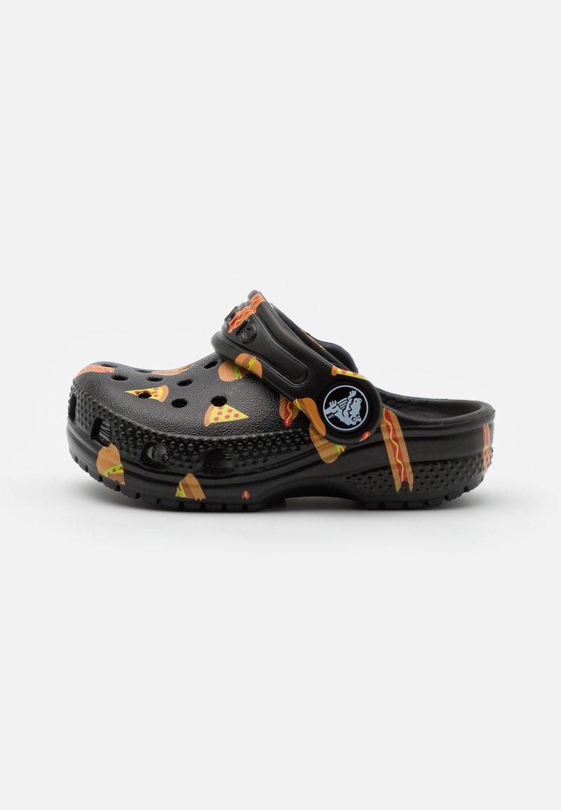 Crocs - CLASSIC FOOD - Sandały kąpielowe - black