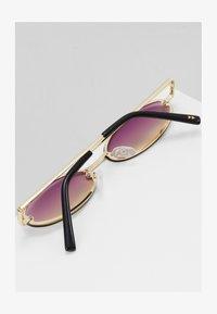 pale gold-coloured/purple