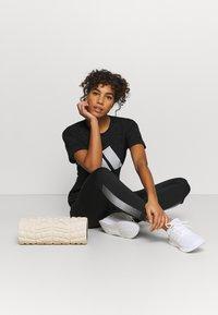 adidas Performance - WIN 2.0 TEE - T-shirt imprimé - black melange - 3