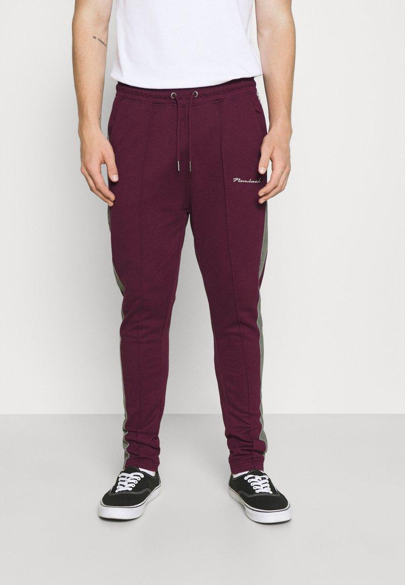 Nominal - CHECK TAPE  - Pantalon de survêtement - burgundy