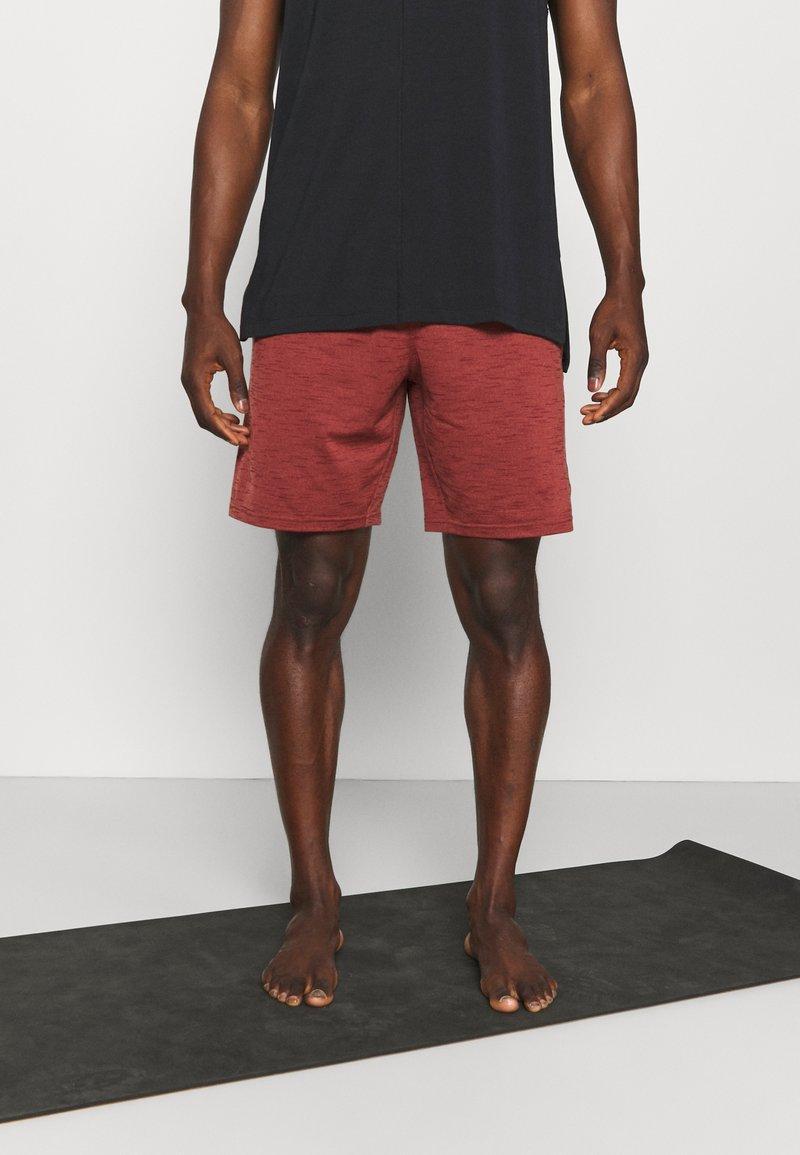 Nike Performance - YOGA - Korte broeken - redstone/bronze eclipse
