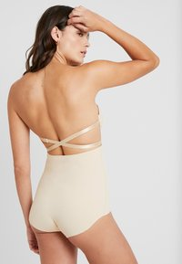 MAGIC Bodyfashion - MAGIC MULTI WAY BRA - Sujetador sin tirantes/multiescote - latte - 6