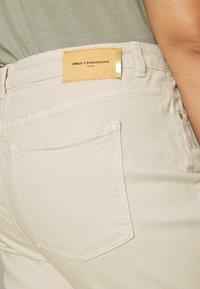 ONLY Carmakoma - CARMILY  LIFE RAW - Jeans Skinny Fit - ecru - 5