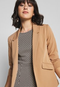 Dorothy Perkins Petite - EDGE TO EDGE ROUCHED SLEEVE JACKET - Blazer - light brown - 5